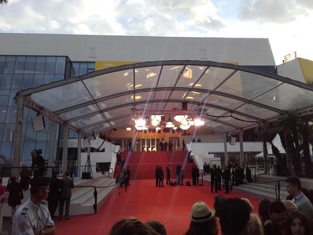 Instantané de Cannes : Le calme du tapis rouge avant les montées des marches